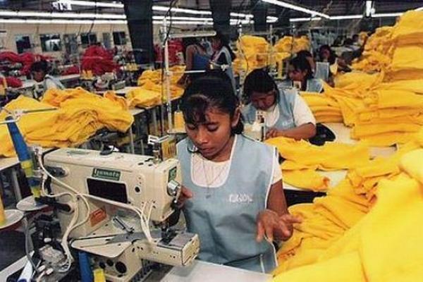 Imagen de referencia de las mujeres que trabajarían en la maquila de la cárcel y también obtendrían ingresos. (Foto Prensa Libre: Hemeroteca PL)