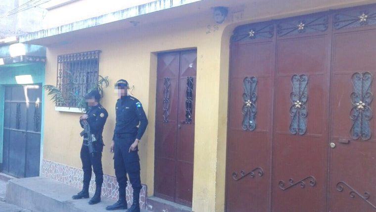 Agentes de la PNC resguardan inmuebles allanados en Suchitepéquez y Escuintla, en busca de presuntos extorsionistas. (Foto Prensa Libre: PNC)