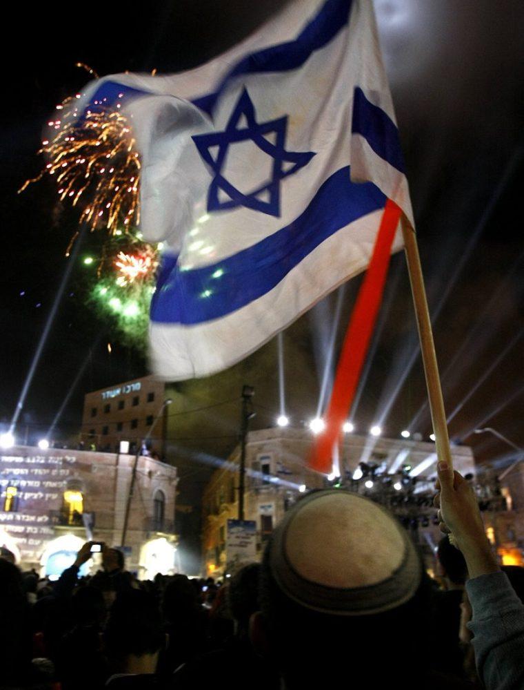Israelíes participan encelebraciones para conmemorar los 70 años de la creación del Estado de Israel. (AFP).