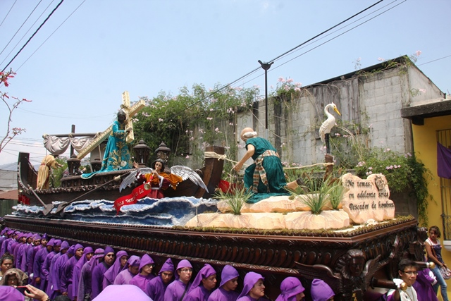 Nazareno de la Dulce Mirada recorre Antigua Guatemala