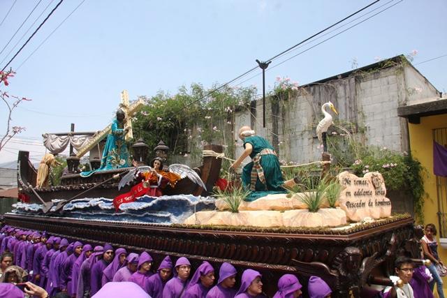 La Consagrada Imagen de Jesús Nazareno de la Dulce Mirada de Santa Ana, recorre las calles de la ciudad colonial. (Foto Prensa Libre: Renato Melgar)