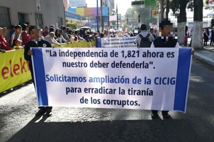 En el desfile estudiantes solicitan ampliación de la Cicig. (Foto Prensa Libre: Fred Rivera).