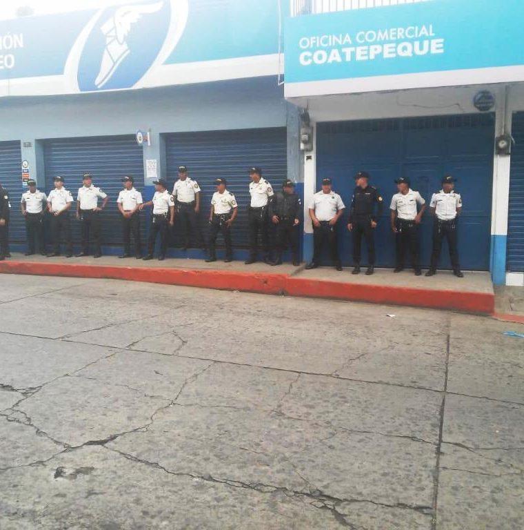 La Policía Nacional Civil reforzó la seguridad en la oficina de Energuate en Coatepeque. (Foto Prensa Libre: Cortesía)