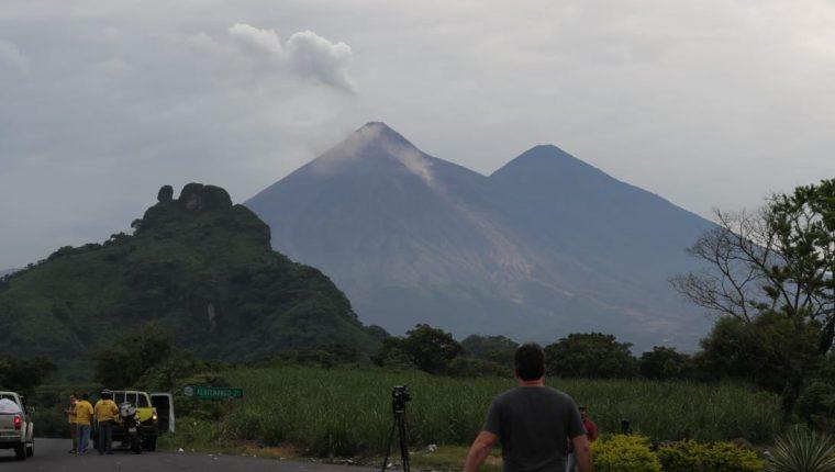 El Insivumeh alerta sobre el descenso de lahares calientes y rocas gigantes desde el Volcán de Fuego. (Foto Prensa Libre: Estuardo Paredes)