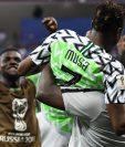 Ahmed Musa fue alzado en brazos luego de su espectacular doblete contra Islandia. (Foto Prensa Libre: AFP)