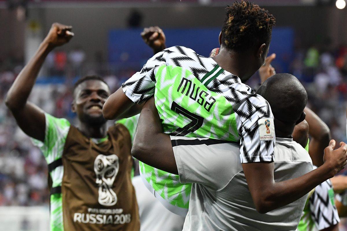 Nigeria gana y le da vida a Argentina