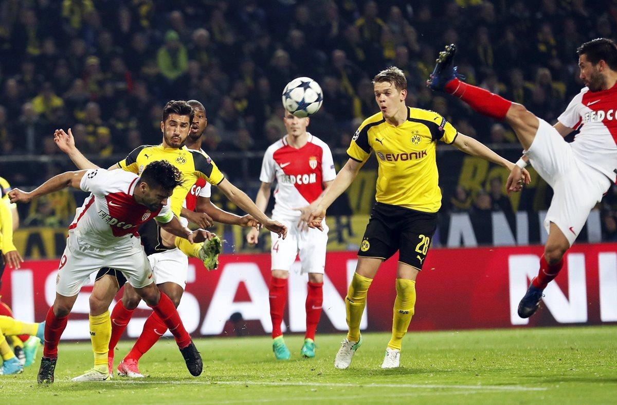 Radamel Falcao, del AS Monaco, define ante la marca del alemán Nuri Sahin.