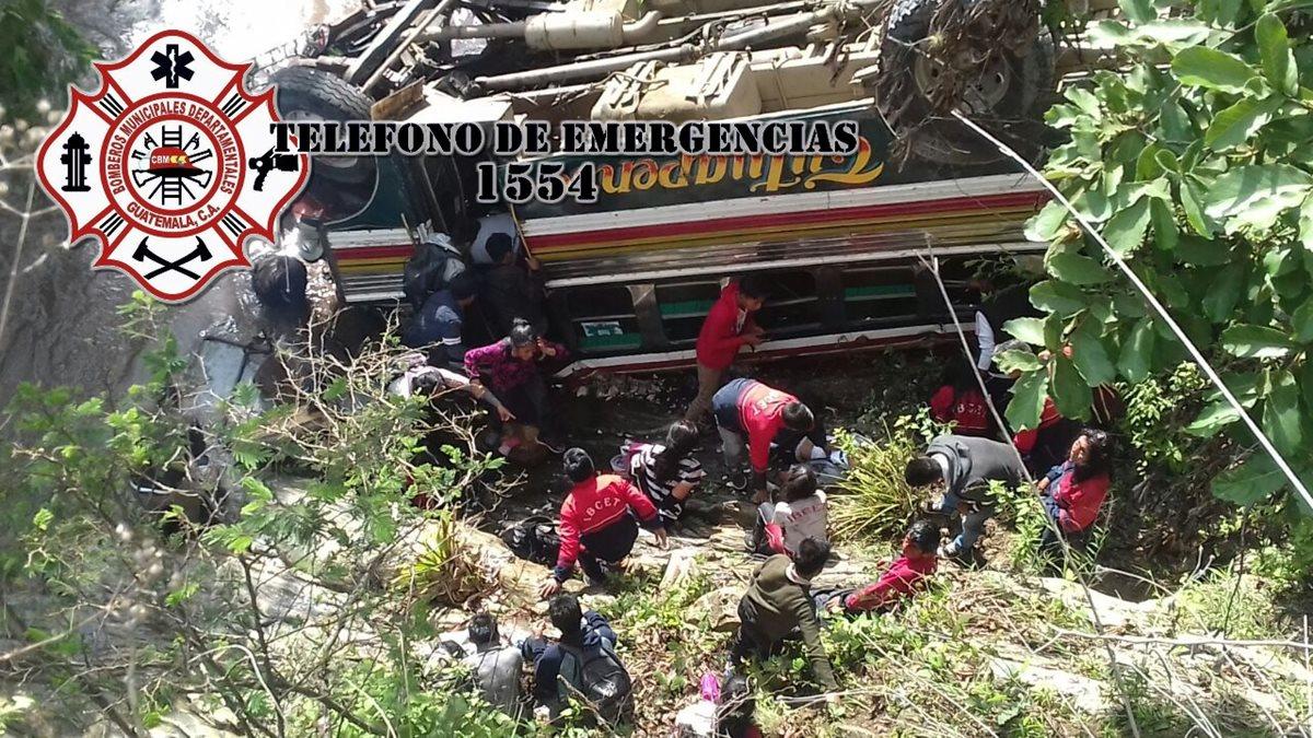 El bus de los transportes Tutuapense cayó en un barranco de unos 70 metros, cuando se dirigía a una comunidad de San Miguel Ixtaguacán, San Marcos. (Fotos Cortesía CBMDEPTAL)