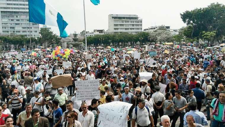 Cientos de guatemaltecos se han dado cita a la Plaza de la Constitución en rechazo a la corrupción y la ingobernabilidad en elpaís. (Foto Prensa Libre: Óscar Rivas).