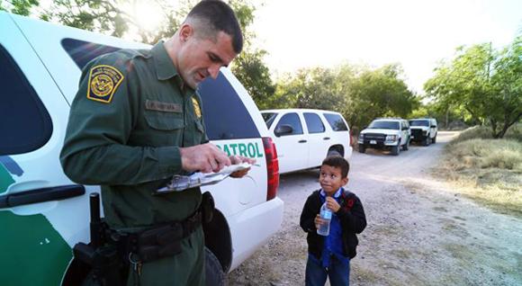 Un menor es registrado por un guardia de la Patrulla Fronteriza. (Foto Prensa Libre: Hemeroteca PL)