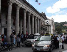 Trabajadores de la Municipalidad de Xela asisten a homenaje póstumo por muerte de Lilian Magaly Rosales López. (Foto Prensa Libre: Carlos Ventura)