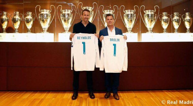 Ryan Reynolds y Josh Brolin posan con sus camisolas del Real Madrid enfrente de las doce copas de Europa. (Foto Prensa Libre: RealMadrid.com)