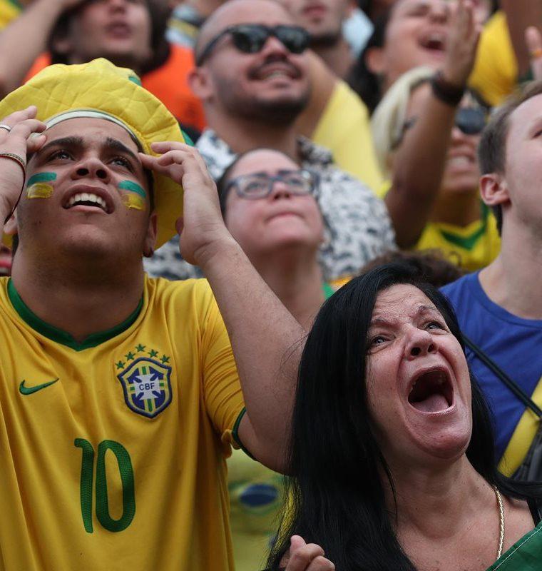 La afición brasileña espera que Marcelo se recupere a tiempo para el decisivo duelo contra los aztecas. (Foto Prensa Libre: EFE)