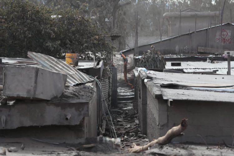 Escombros son removidos con mucho cuidado durante la búsqueda.