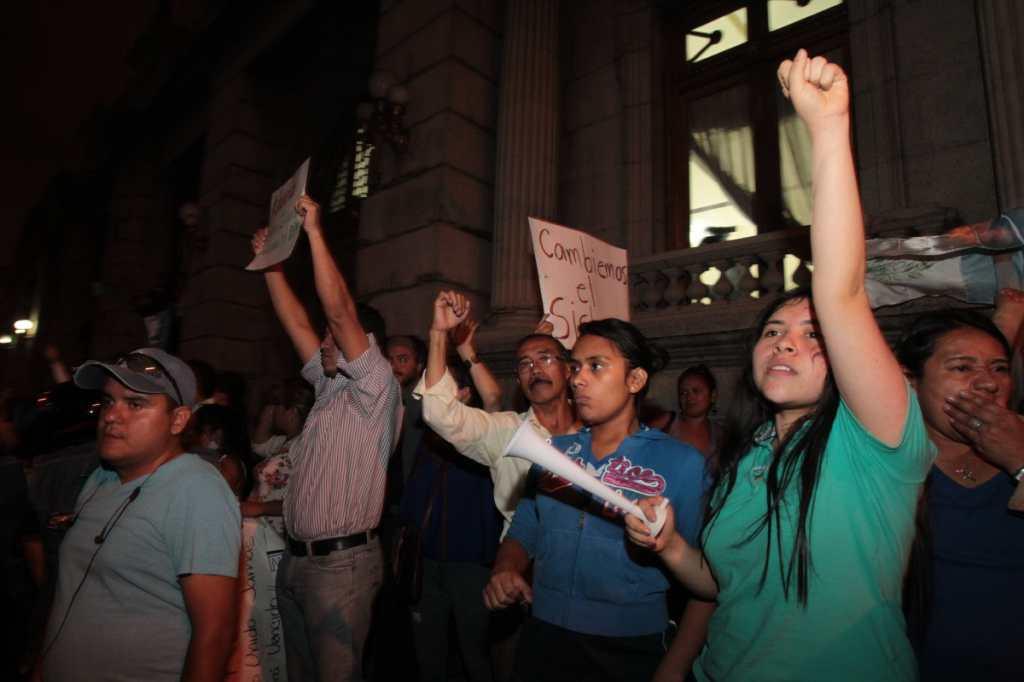 La salida de la vicepresidenta fue considerada el primer logro de las protestas.