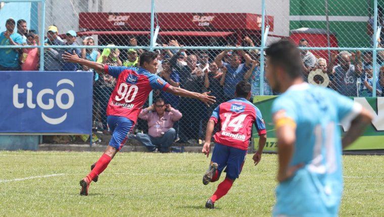 Ortíz hizo vibrar a la afición de Xelajú que añoraba con el pase a la final. (Foto Prensa Libre: Francisco Sánchez)