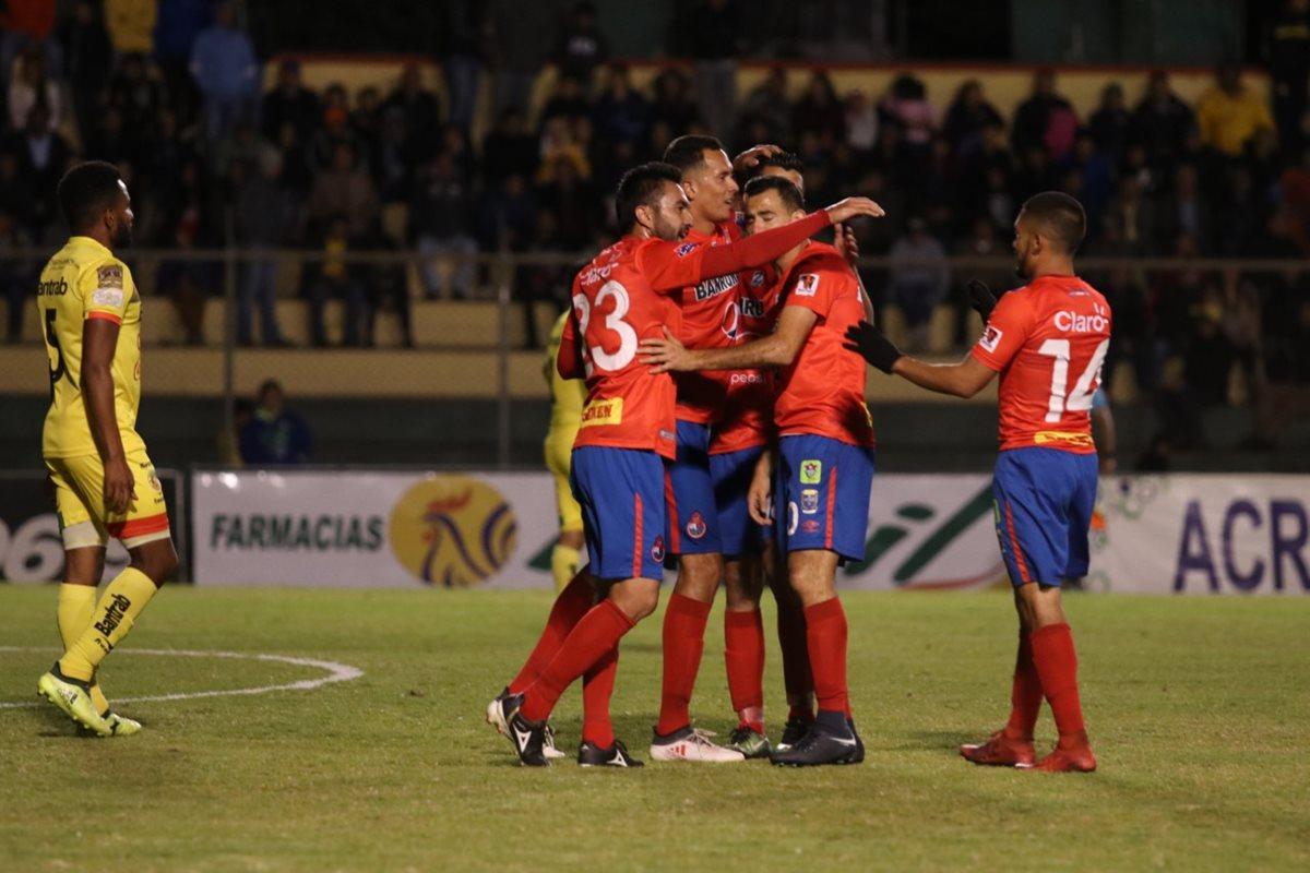 Municipal pasó por encima de un Marquense que salió totalmente vencido a jugar en su propio estadio. (Foto Prensa Libre: Raúl Juárez)
