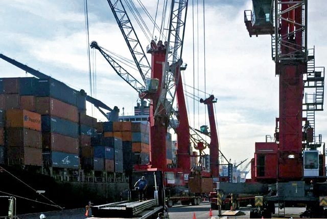 Las operaciones de carga y descarga de contenedores en la Empresa Porturaria Quetzal se desarrollan con normalidad.(Foto Prensa Libre: Hemeroteca)