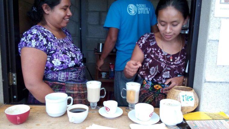 Productores de café de San Pedro La Laguna en Atitlán, invirtieron en maquinaria y ahora preparan sus propios cafés. (Foto Prensa Libre: Cortesía Manuel Lara)