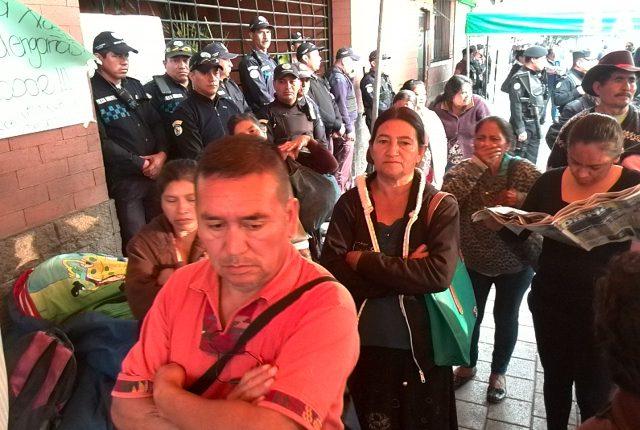 Los manifestantes debieron habilitar el ingreso a la municipalidad de Villa Nueva debido a una orden de juez (Foto Prensa Libre: Estuardo Paredes)