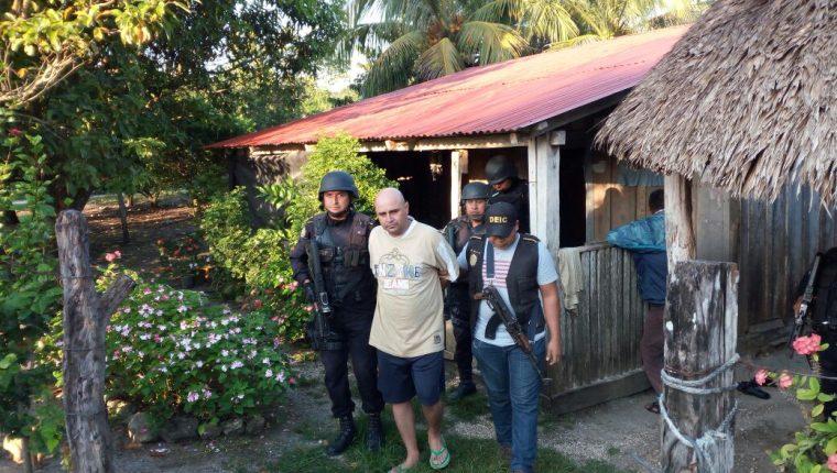 Ruano fue capturado durante un operativo de inspección y registro en el caserío El Aguacate en San Andrés. (Foto Prensa Libre: Rigoberto Escobar)