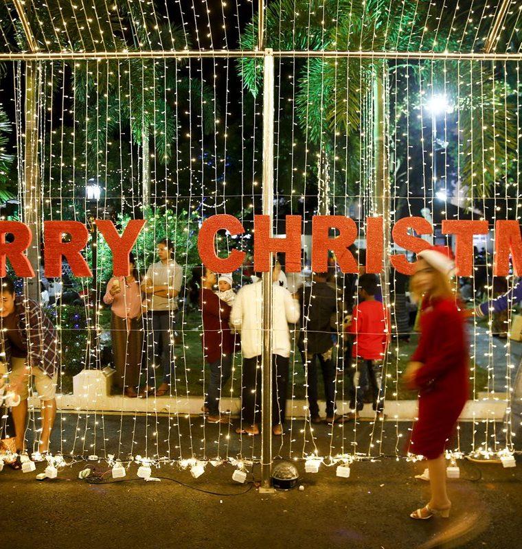 Celebración navideñas con luces en la Catedral de Santa María,en Birmania.(EFE).