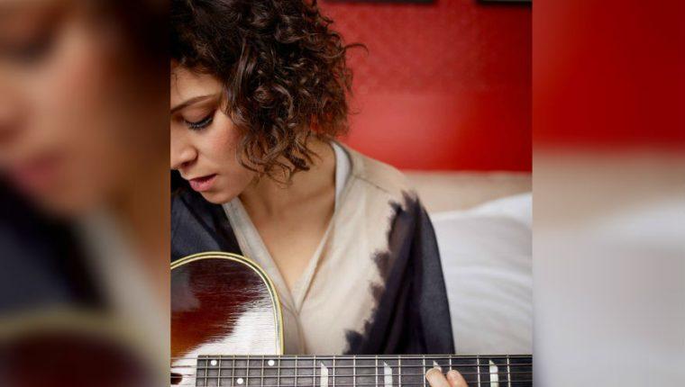 En su nuevo álbum, Gaby Moreno se hace acompañar de su fiel compañera la guitarra, que tiene protagonismo en cada una de las canciones de este álbum. (Foto Prensa Libre: José Leon)