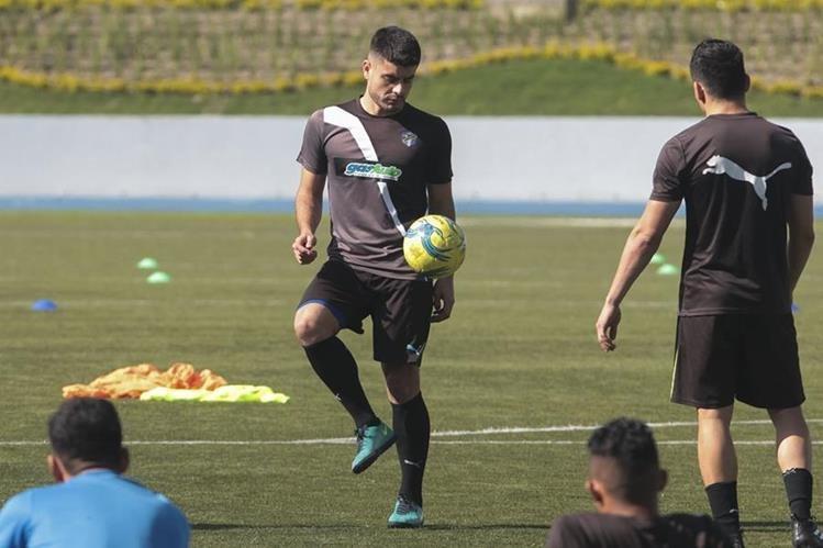 Maximiliano Lombardi no juega con Comunicaciones desde el 1 de septiembre. Podría volver el 13 de octubre. (Foto Prensa Libre: Hemeroteca PL)