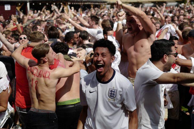 Euforia total vivió la afición inglesa por la clasificación. (Foto Prensa Libre: AFP).