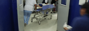 Uno de los adolescentes heridos es ingresado al Hospital Nacional de Jalapa. (Foto Prensa Libre: Hugo Oliva)