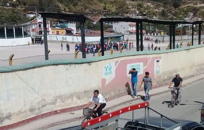 Pobladores vapulearon a presunto ladrón en Aguacatán, Huehuentenango. (Foto Prensa Libre: Cortesía)