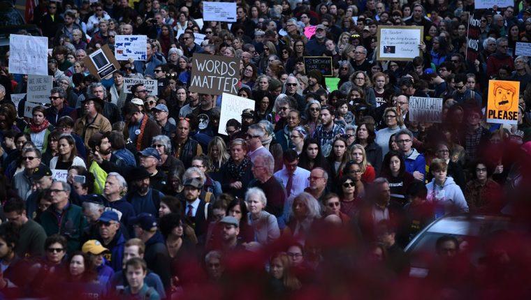 Cientos de personas protestan contra visita de Donald Trump en Pittsburgh, Pennsylvania. (Foto Prensa Libre: AFP)