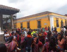 Los vendedores ambulantes de Antigua Guatemala desafían a las autoridades y señalan que no abandonarán las calles de la ciudad colonial. (Foto Prensa Libre: CBV)