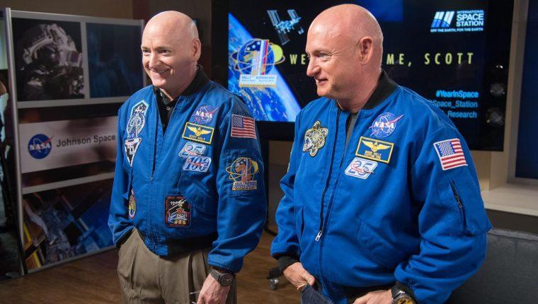 Los hermanos gemelos, Scott and Mark Kelly, fueron sometidos a varios exámenes para determinar los cambios físicos que sufre el cuerpo humano al estar sometido largos periodos en el espacio. (Foto Prensa Libre: NASA)