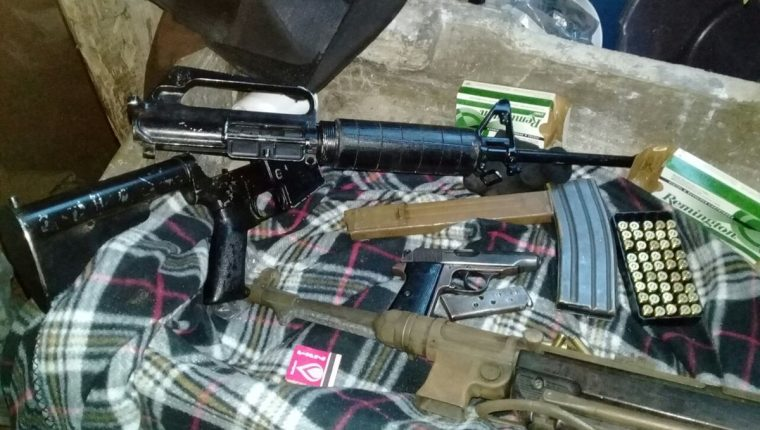 Autoridades localizaron armas en una vivienda en la colonia Mezquital, zona 12 de Villa Nueva. (Foto Prensa Libre: PNC)