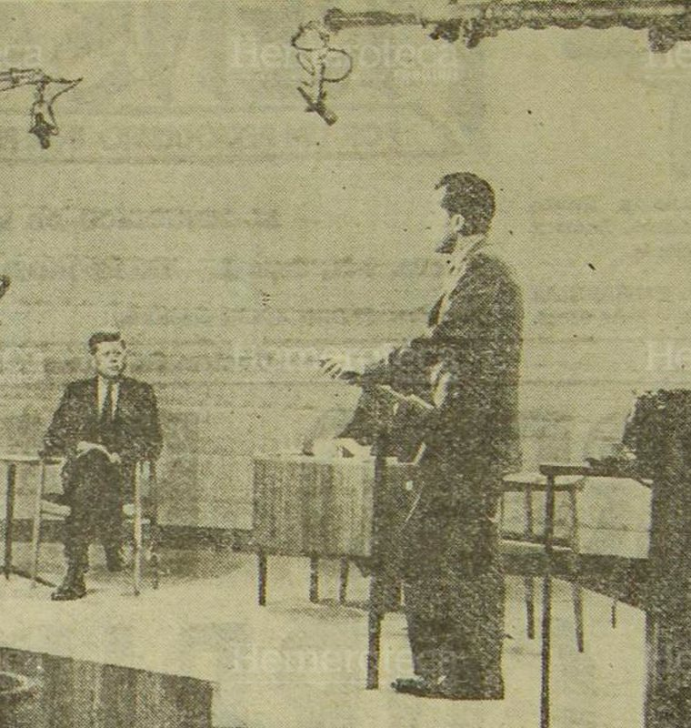 El senador John F. Kennedy (sentado) y el vicepresidente Richard M. Nixon (de píe) hablan a los votantes norteamericanos durante la primera de cuatro entrevistas televisadas y radiodifundidas de los dos candidatos presidenciales de los Estados Unidos  7/11/1960. (Foto: Hemeroteca PL)