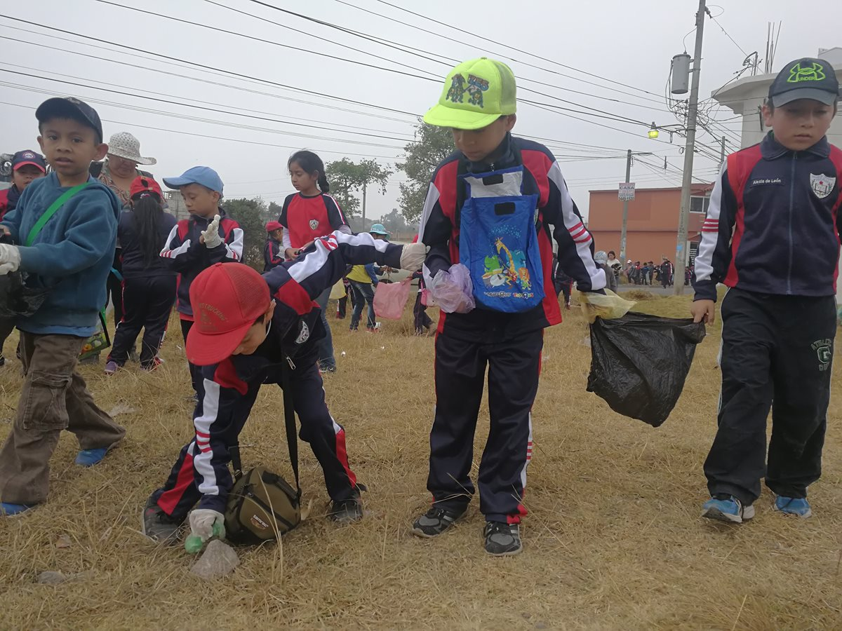 Niños de diferentes edades participaron en la actividad de limpieza.(Foto Prensa Libre: Fred Rivera)