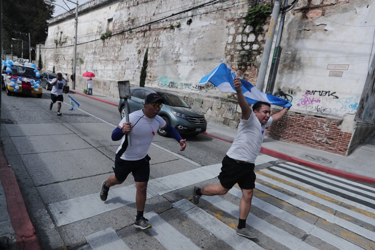 Grupos de jóvenes corren sobre la 7a. avenida de la zona 1 capitalina, luego de haber ido al Obelisco a traer el fuego patrio. (Foto Prensa Libre: Juan Diego Gaonzález)