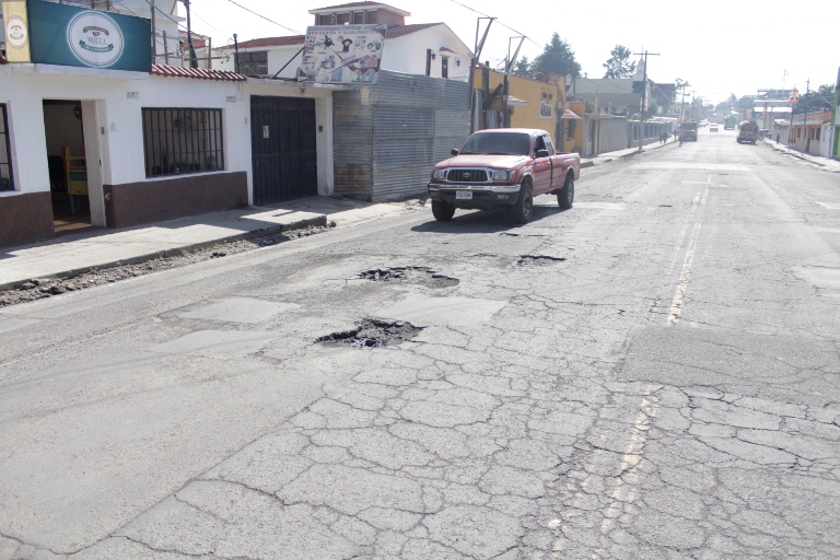 Pobladores exigen reparación de calles en Xela