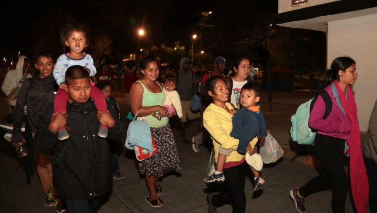 A pesar de las condiciones hostiles del viaje, los inmigrantes son positivos sobre la obtención de asilo. (Foto Prensa Libre: AFP)