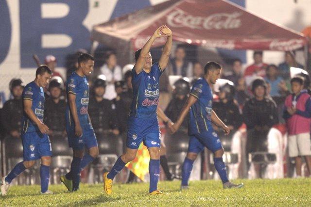 Robin Betancourth celebra su primer gol en el torneo Apertura 2015 (Foto Prensa Libre: Norvin Mendoza)