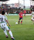 Julio Estacuy, volante de Xelajú MC, toca el balón durante el partido de fogueo que se disputó este miércoles en el estadio Xambá. (Foto Prensa Libre: Ángel Julajuj).