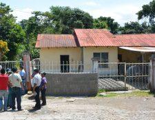 Vecinos llegaron a la bloquera donde fueron localizados los cadáveres de abuelo y nieto, en Malacatán.(Foto Prensa Libre: Whitmer Barrera)