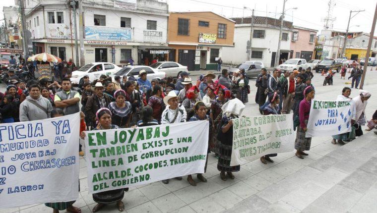 Representantes de comunidades de Joyabaj, Quiché, manifiestan contra el alcalde. (Foto Prensa Libre: Paulo Raquec)