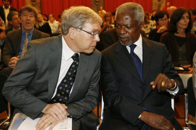 Annan participa en una reunión sobre el cambio climático, en Zurich, Suiza, el 10/10/2008.