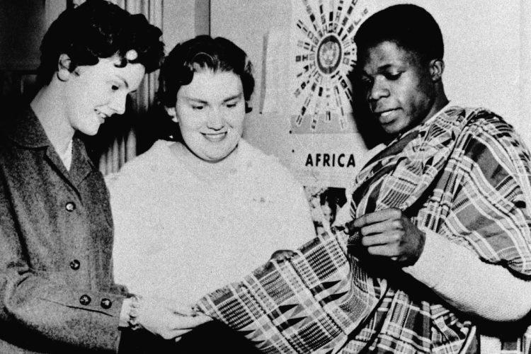 Kofi Annan muestra un tejido autóctono de Ghana, durante un encuentro de estudiantes internacionales, en EE.UU.