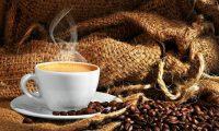 La cafeína, uno de los componentes del café, tiene propiedades neuroprotectoras.