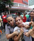 Una integrante de la Damas de Blanco es detenida, entre hostigamiento e insultos de sectores oficialistas, el jueves último en La Habana.(Foto Prensa Libre: EFE).