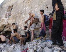 Los civiles deben escapar semidesnudos de Mosul, porque combatientes del EI se infiltran entre ellos para huir de las fuerzas militares. (Foto Prensa Libre: EFE)