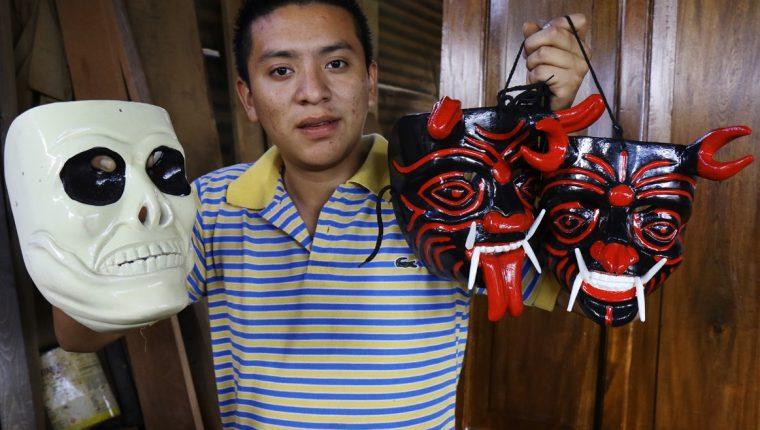 Henry Danilo Hernández elabora máscaras de diversas danzas tradicionales que se efectúan en su aldea San Pedro Las Huertas, Antigua Guatemala, Sacatepéquez. (Foto Prensa Libre: Cortesía Victorino Tejaxún)